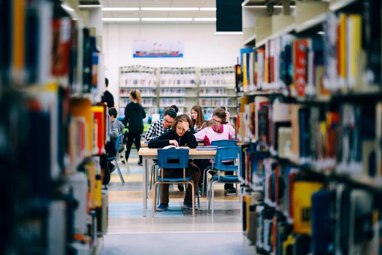 Bibliothèque - École secondaire de Rivière-du-Loup - Photo prise à partir d'une rangée, avec des élèves en arrière plan