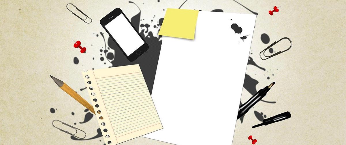 Image pour représenter la préparation aux examens du PEI à l'école secondaire de Rivière-du-Loup. Tablette, crayon, post-it, téléphone