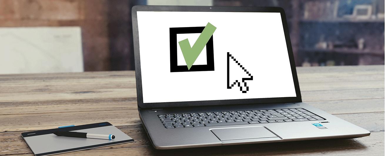 Un ordinateur avec une image de crochet vert pour représenter la Période d'inscription - École secondaire de Rivière-du-Loup, Bas-Saint-Laurent, ESRDL